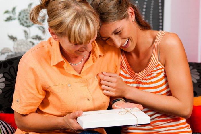 40 идей, что подарить маме на день рождения