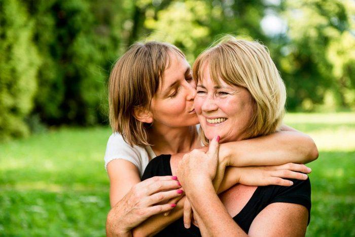 Что лучше подарить маме на 55 лет?