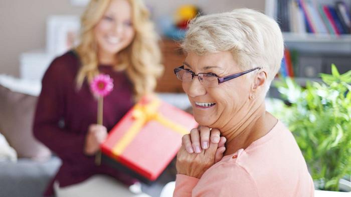 Что лучше подарить бабушке на 70 лет?