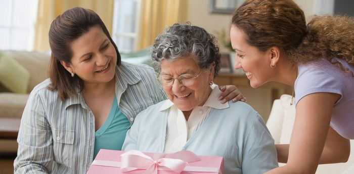 Что лучше подарить бабушке на 75 лет?