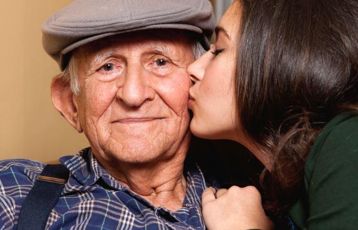 Что лучше подарить дедушке на 80, 85 лет?
