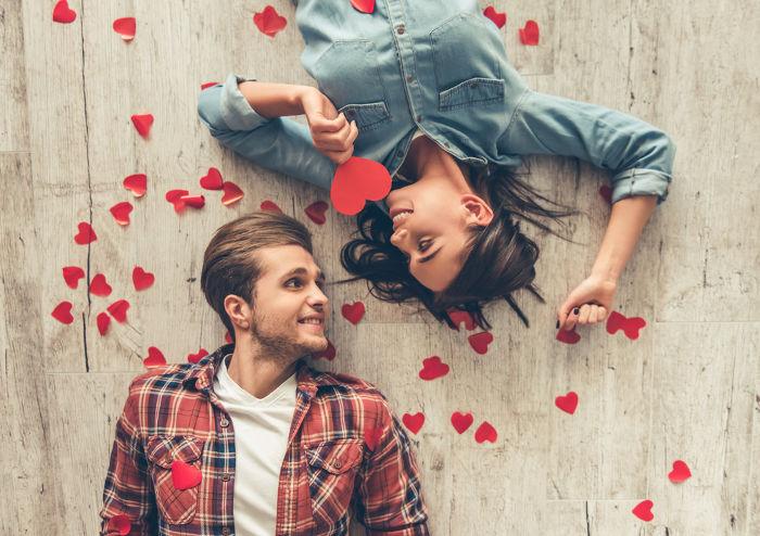 Что лучше подарить девушке на месяц отношений?