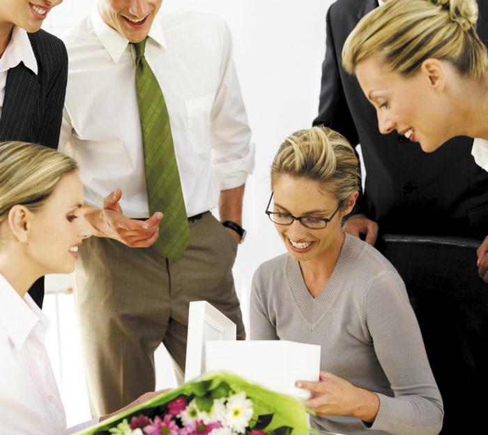 Что лучше подарить директору женщине на день рождения?
