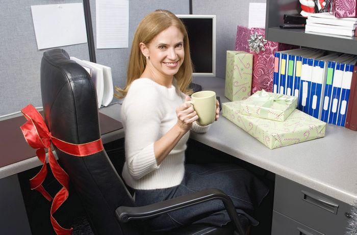 Что лучше подарить коллеге женщине на день рождения?