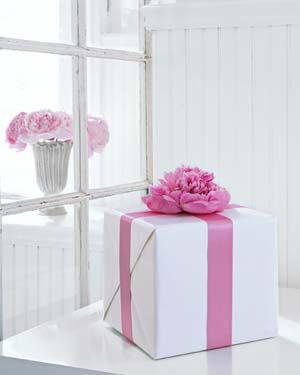 Как украсить коробку для подарка женщине