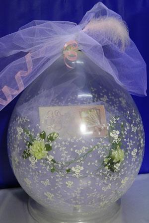Упаковка небольшого подарка в шар